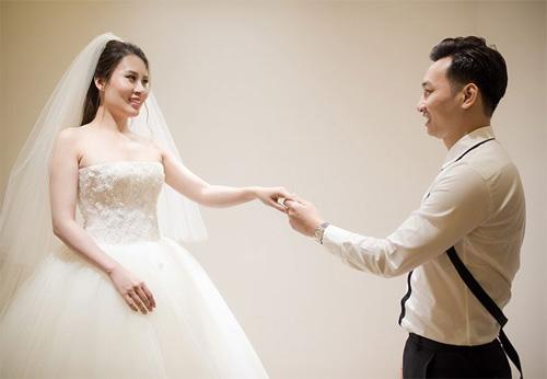 Hé lộ váy cưới cầu kỳ giá hàng trăm triệu của vợ MC Thành Trung - ảnh 2