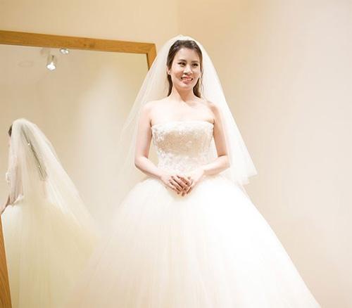 Hé lộ váy cưới cầu kỳ giá hàng trăm triệu của vợ MC Thành Trung - ảnh 6
