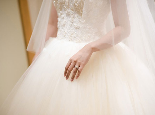 Hé lộ váy cưới cầu kỳ giá hàng trăm triệu của vợ MC Thành Trung - ảnh 7