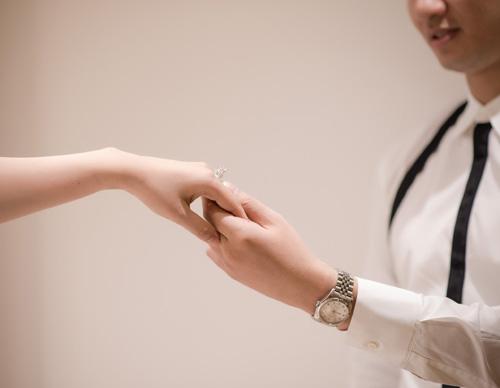 Hé lộ váy cưới cầu kỳ giá hàng trăm triệu của vợ MC Thành Trung - ảnh 8