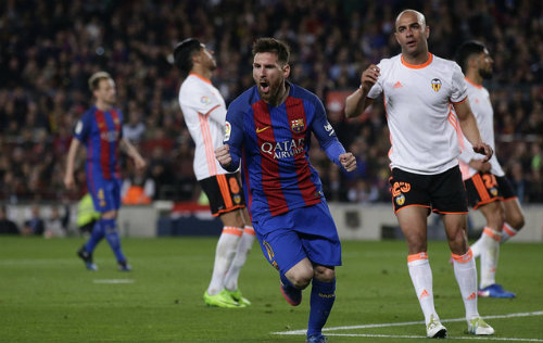 Ronaldo sa sút, Messi thăng hoa: Quả bóng vàng đã có chủ - 2