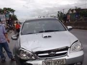 Chở con đi học, 3 mẹ con bị ô tô húc thương vong