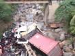Container lao qua thành cầu rơi xuống suối, tài xế dính chặt trong cabin