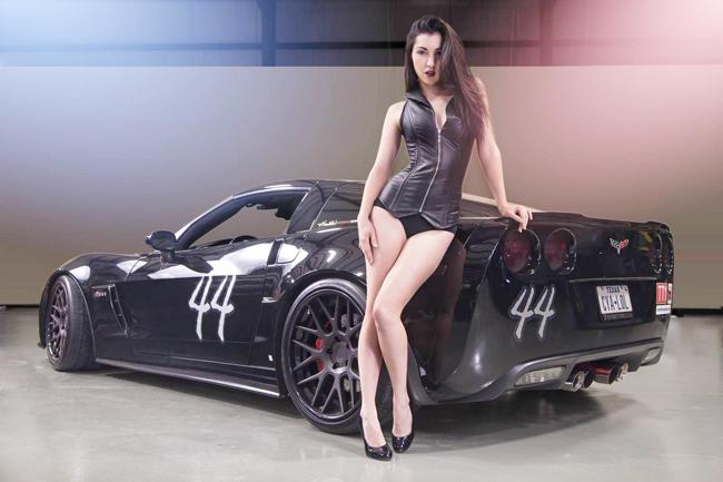 Người đẹp bên chiếc Chevrolet C6 Corvette