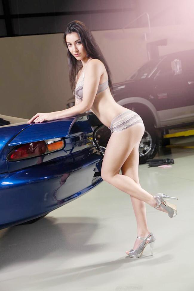 Chiếc Nissan GT-R màu xanh đậm làm nền cho người đẹp