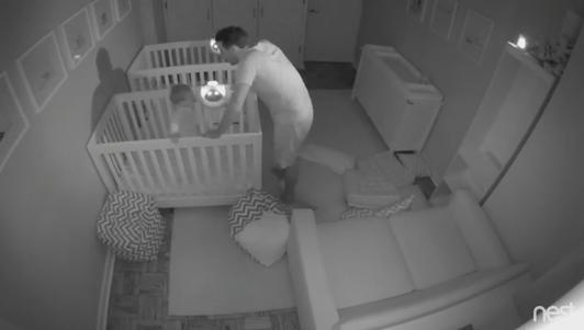 Cặp song sinh 2 tuổi khiến bố mẹ mất ngủ cả đêm