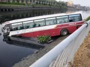 Xe khách 46 chỗ cày nát dải phân cách, lao xuống kênh đen