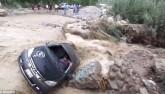 Peru: Ô tô bị lũ cuốn văng vào đá, thoát chết như phim