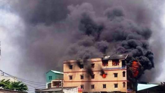 """Cháy sát chợ """"thần chết"""" ở sài SG: Hơn chục người lao ra từ biển lửa"""