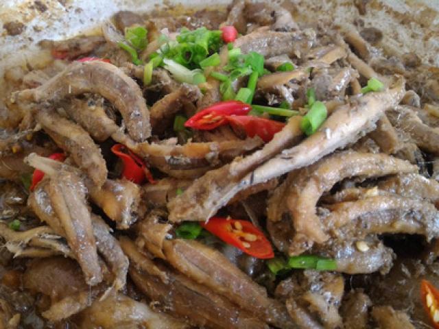 Cá cơm kho ăn với cơm nóng đến cạn nồi
