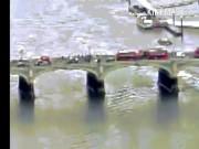 Thế giới - Anh: Nhảy xuống sông Thames tránh xe khủng bố lao như bắn