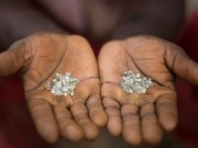Thế giới - TQ: Thấy đi rón rén, khám giày ra 1.000 viên kim cương