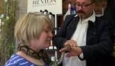 Tiệm cắt tóc cuốn trăn quanh cổ khách để mát xa ở Đức