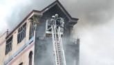TPHCM: Khói lửa bao trùm tòa nhà 5 tầng gần chợ Kim Biên