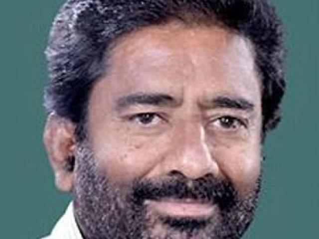 Nghị sĩ Ấn Độ rút dép tát tiếp viên hàng không 25 phát
