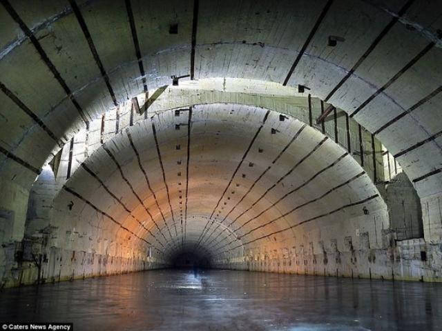 Bên trong hầm chống được hạt nhân chứa tàu ngầm Nga