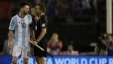 """Messi """"đầu gấu"""": Có 11m vẫn chỉ mặt chửi trọng tài"""