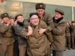 """Người đàn ông dám  """" trèo """"  lên lưng Kim Jong-un là ai?"""