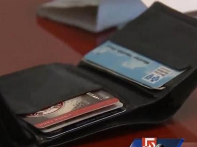 Mỹ: Tìm được ví mất sau 8 năm, sốc khi mở ra thấy ruột
