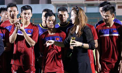 Người đẹp Hàn Quốc váy ngắn khiến U20 Việt Nam choáng ngợp - 6