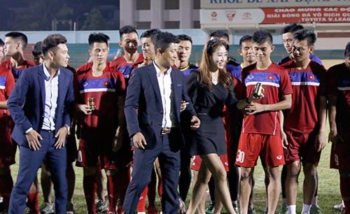 Người đẹp Hàn Quốc váy ngắn khiến U20 Việt Nam choáng ngợp - 5