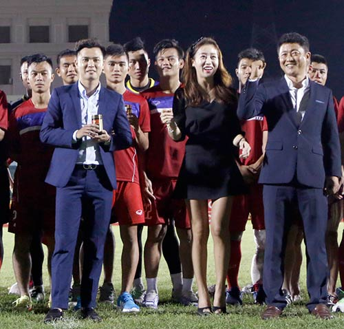Người đẹp Hàn Quốc váy ngắn khiến U20 Việt Nam choáng ngợp - 8