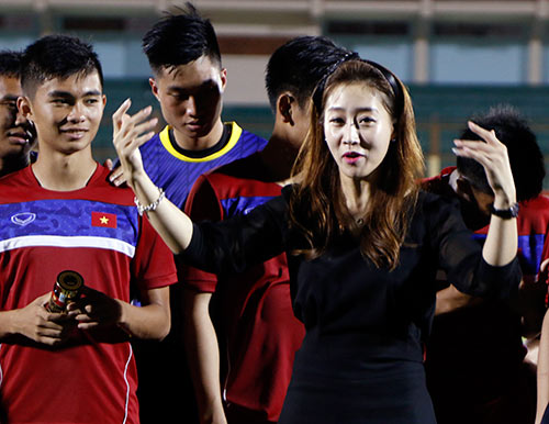 Người đẹp Hàn Quốc váy ngắn khiến U20 Việt Nam choáng ngợp - 7