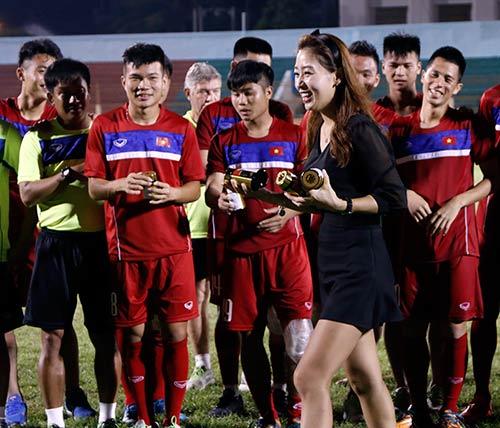 Người đẹp Hàn Quốc váy ngắn khiến U20 Việt Nam choáng ngợp - 9