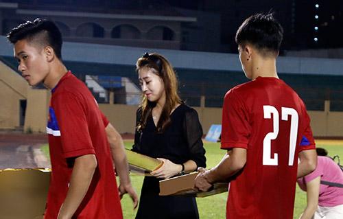 Người đẹp Hàn Quốc váy ngắn khiến U20 Việt Nam choáng ngợp - 12