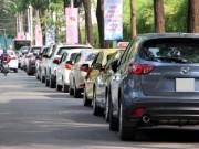 """Quận 1: Sợ bị cẩu về phường, hàng loạt xe hơi  """" lách luật """"  bằng đèn khẩn cấp"""
