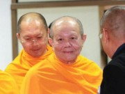 Cựu trụ trì chùa Thái lan bị vây ra trình diện cảnh sát