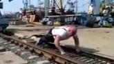 Lực sĩ Nga dùng vai di chuyển cần cẩu 312 tấn