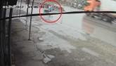 Clip: Tông trúng người đi đường, cô gái thản nhiên dựng xe bỏ đi