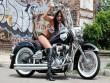 Tròn mắt  cách người đẹp tạo dáng bên Harley Davidson