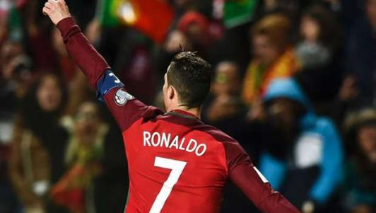 """""""Nghi án"""" Ronaldo đi tắm sớm để chiều bồ xinh đẹp"""