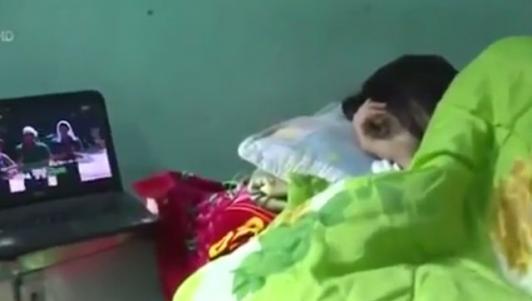 Sinh viên trốn đi thực tập để ở nhà ngủ nướng, xem phim