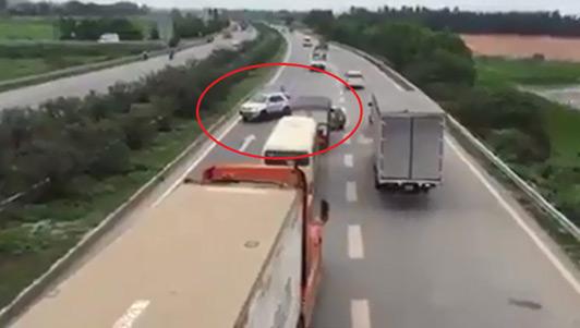 """Tìm ra 3 ô tô """"rồng rắn"""" chạy ngược chiều trên cao tốc"""