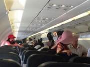 """Tin tức trong ngày - Máy bay không mở được cửa, hơn 150 hành khách bị """"giam lỏng"""""""