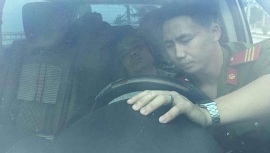 Tài xế ngủ say trên xe sau khi gây tai nạn ở Quảng Ninh