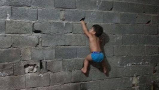 """Bé trai 3 tuổi Iran trèo tường, đu xà như """"người nhện"""""""