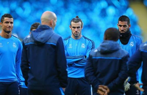 """Ronaldo bị Chủ tịch Real """"đâm sau lưng"""" vì Bale"""