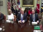 Thói quen kì lạ của Trump khi ngồi tiếp khách