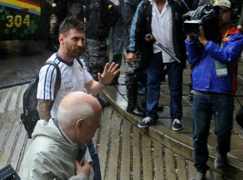 """""""Đầu gấu"""" Messi khủng hoảng tâm lý trước Siêu kinh điển"""