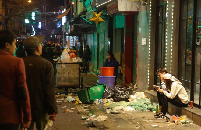 Hà Nội: Phố đi bộ ngập trong rác sau lễ hội chào năm mới