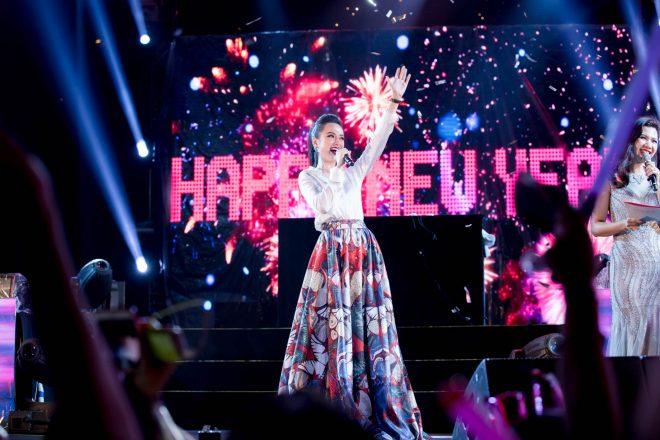Angela Phương Trinh bất ngờ diện trang phục kín đáo đón năm mới tại Đà Nẵng - 3