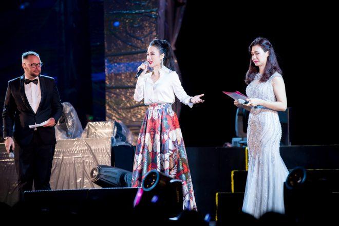Angela Phương Trinh bất ngờ diện trang phục kín đáo đón năm mới tại Đà Nẵng