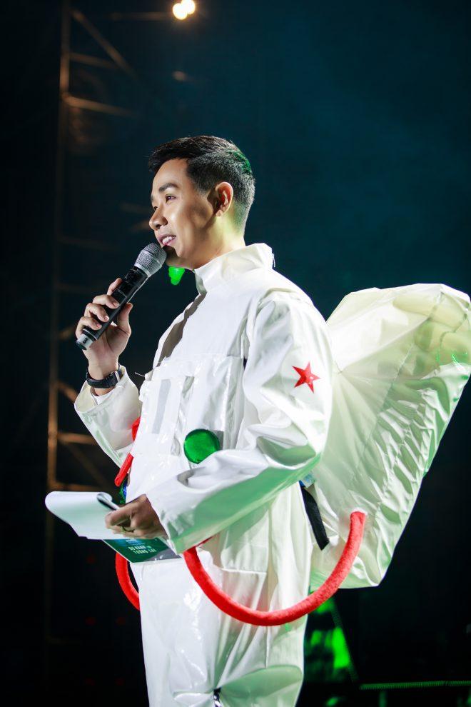 Nguyên Khang làm phi hành gia, Tóc Tiên dẫm phải đinh trên sân khấu - 2