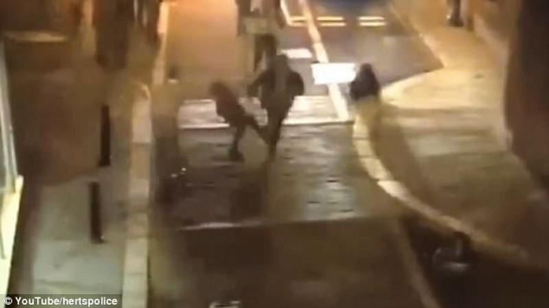 Anh: Cô gái xinh thò chân, cảnh sát liền bắt được nghi phạm đang chạy