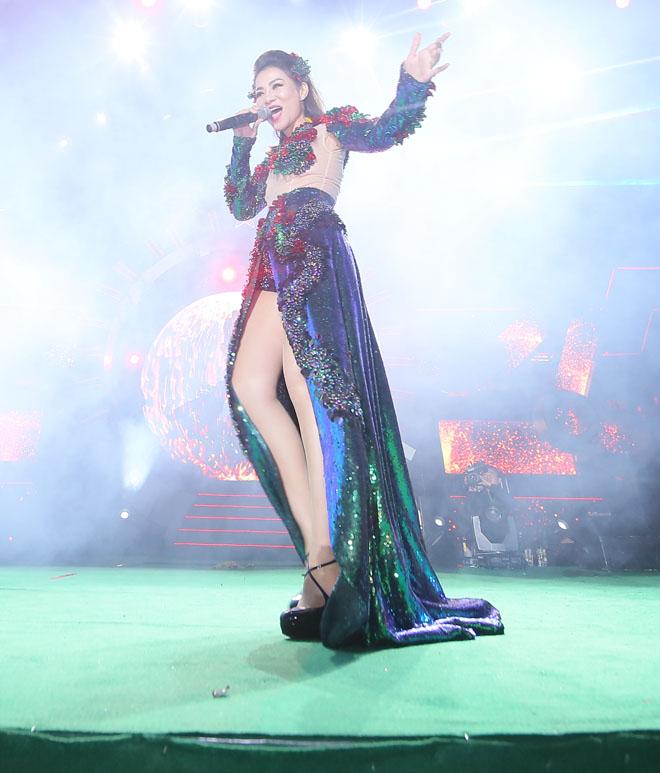 Hương Tràm, Tóc Tiên, Ngân 98 mặc sexy đón năm mới - 4