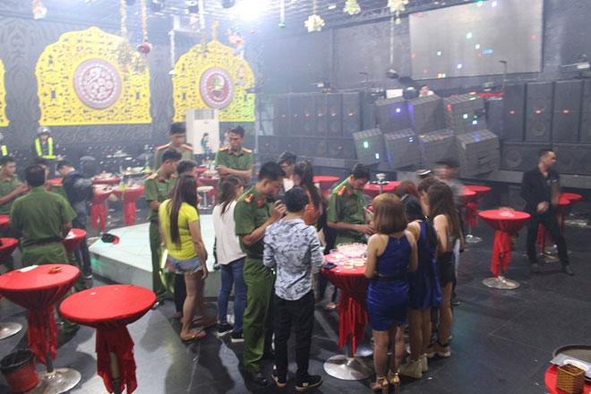 Hàng trăm dân chơi quay cuồng ở bar Diamond Luxury 2 - 3